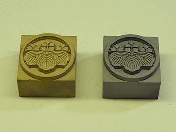 焼印の種類:真鍮製(左)鋳鉄製(右)