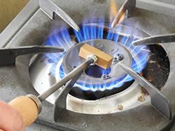 コンロやバーナーなどで直火で加熱します。